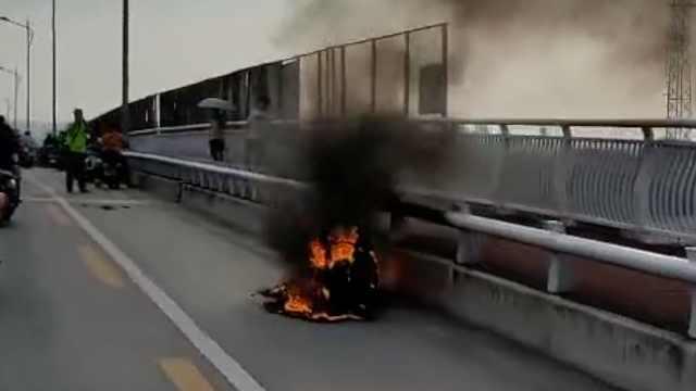 高中生骑改装电动车上学,中途起火烧成空壳
