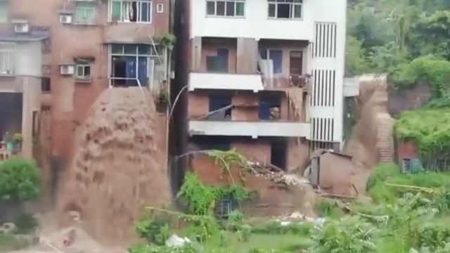 重庆洪水从3楼奔涌而出,居民家阳台窗户成瀑布