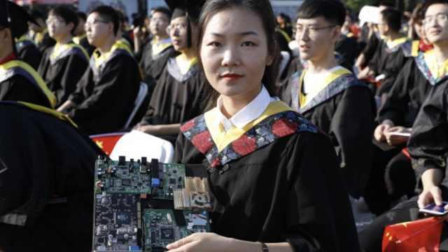 西电毕业生戴电路板学士帽:有特色,就是太沉