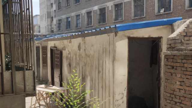 居民家2米外建旱厕难惹恶臭,房主:你改装了阳台,你先拆