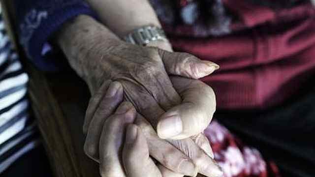 75岁儿子每天抱101岁红军老妈散步,边走边为母亲唱歌