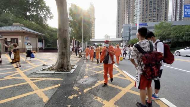 武汉考场外家长散去后没留一片垃圾,10多名环卫