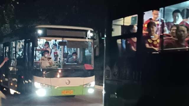 衡水中学雇21辆公交车送考生离校,老师列队欢送