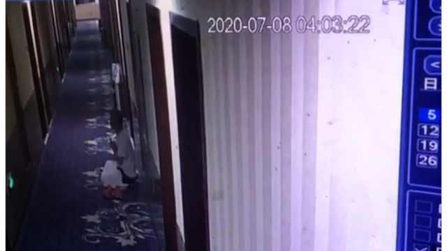 父亲怕影响儿子高考睡酒店走廊:自己打呼噜,再开房要花钱