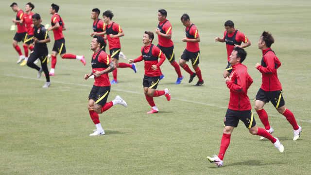 王兴吐槽国足引众议,足球圈集体反驳