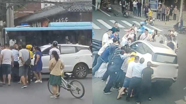 男子蹲车前被碾压拖行6米,数十路人抬车30秒救出