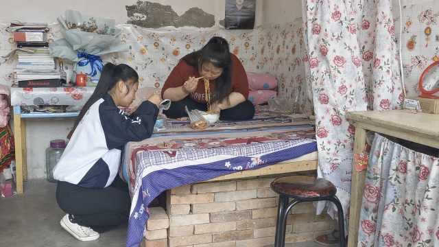 16岁女孩带着瘫痪母亲上学:不辛苦,能和妈妈在一起是幸福的
