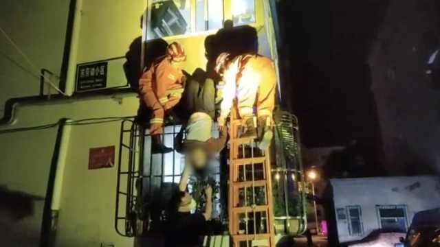 老太不慎从三楼坠下倒挂燃气管道,消防员120轮