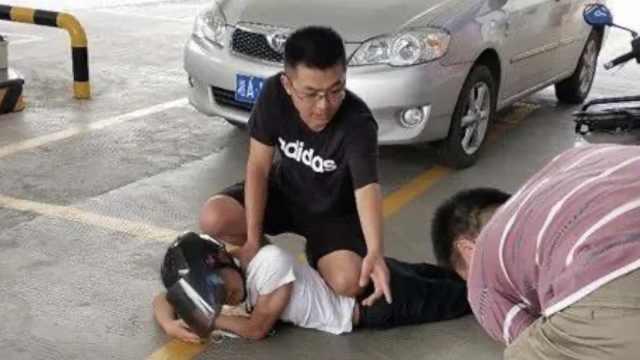 辅警外出办事偶遇2名犯罪嫌疑人,与加油站员工合力擒贼