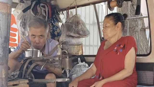 残疾妻子给残疾修鞋丈夫送饭20年:我不送,他就不舍得花钱吃