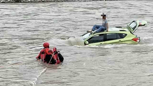 男子落入湍急河水蹲车顶求救,救援人员3次下水冒险施救