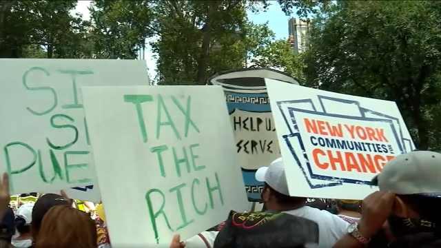 上百名移民露宿贝索斯豪宅外,呼吁向亿万富翁征税