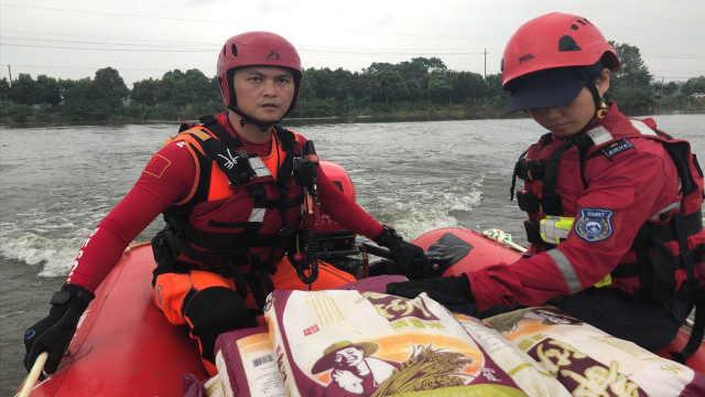 深圳公益救援队赴鄱阳湖协助抗洪,驾冲锋舟运送物资雪中送碳