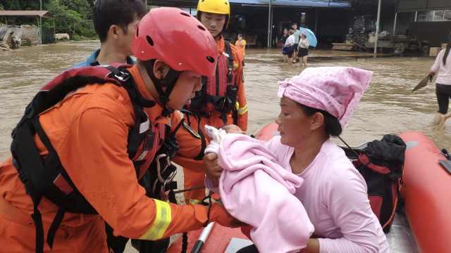 强降雨致云南盈江3人失联,消防员泥水中抱出熟