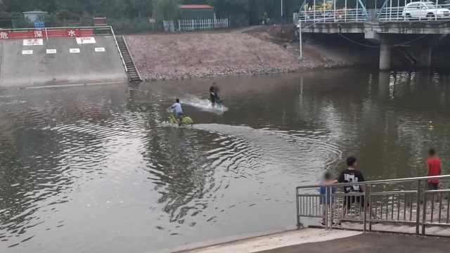 危险!2男童河水中来回骑行穿梭,目击者:一男