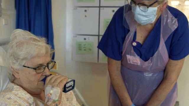 英国新冠药物试验重大突破:吸入干扰素β可减少