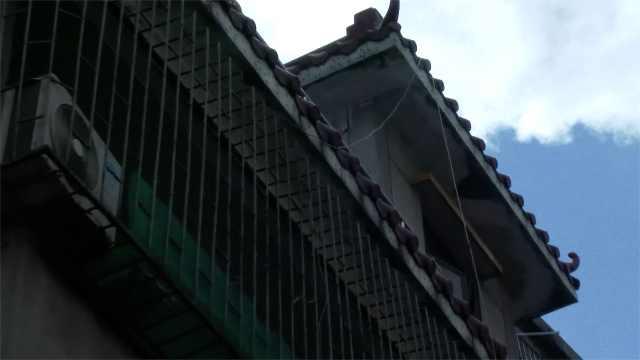 痛心!男童翻围栏攀绳找玩伴,不慎从四楼坠亡