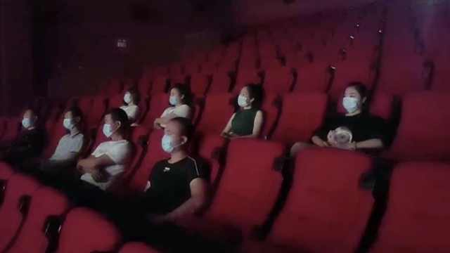 影院复工记丨首场无观众,经理给员工放专场电影:感受观影氛围