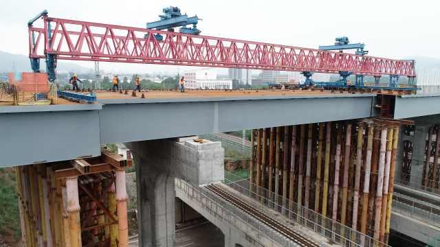 跨过青藏铁路!西宁绕城高速专用线钢箱梁正式合龙