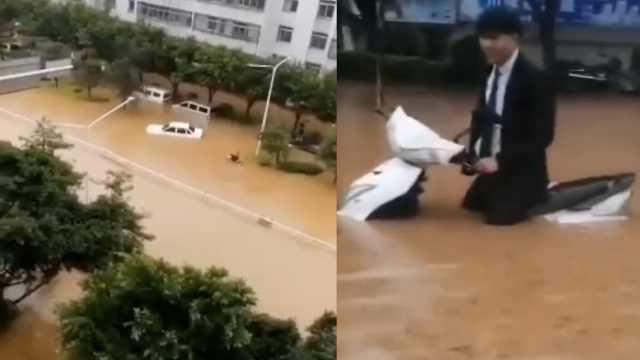 大理暴雨袭城,多路段积水,洪流淹没摩托车