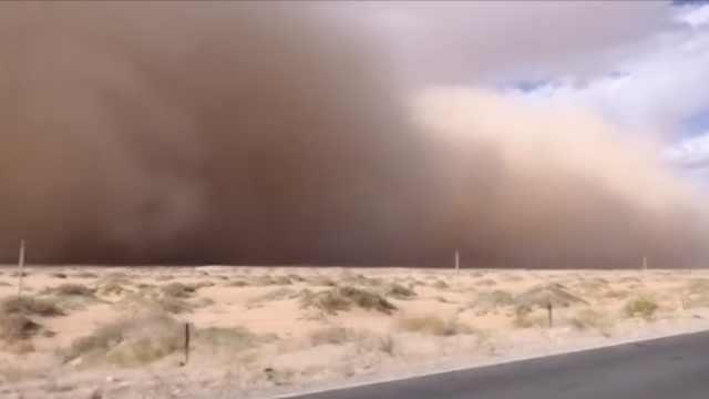 内蒙古多地出现沙尘暴天气,巨大沙墙遮天蔽日