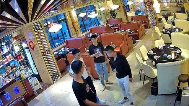 监控拍下4小伙餐厅吃饭逃单全程,民警喊话:认领