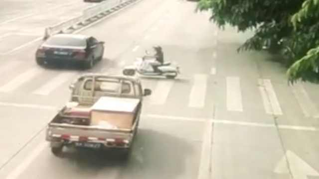 监拍!货车电动车斑马线相撞,电动车司机不幸身亡