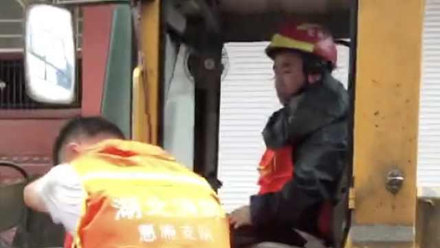 90后消防员驾驶挖掘机洪水中救人:当消防员前是挖掘机驾驶员