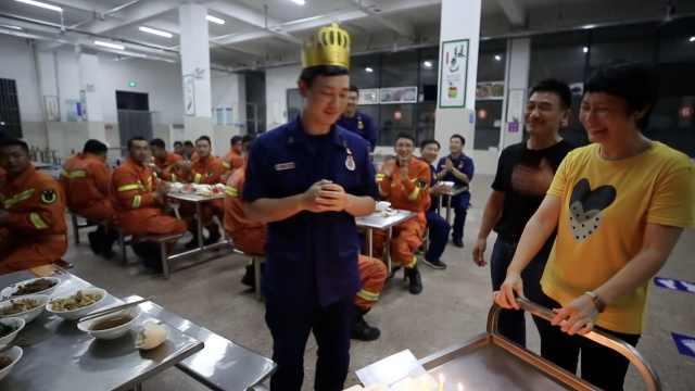 感动!消防员返家乡抗洪恰逢生日,战友偷偷请来父母为其庆生