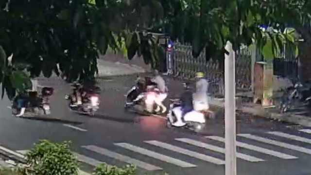 缉毒现场!民警街头飞身扑向毒贩,被拖行20多米