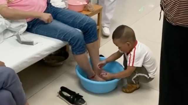 2岁男孩蹲床边为患癌妈妈洗脚,网友:懂事得让人心疼
