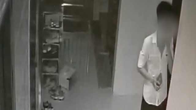 监拍:小伙半夜尾随欲开女子房门,被发现后在楼道徘徊