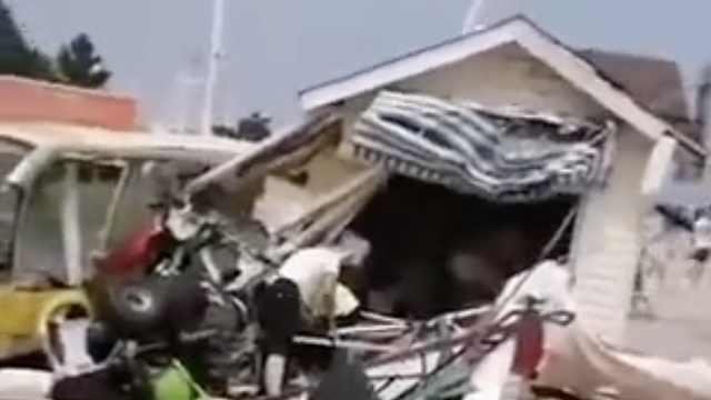 山东一景区滑翔机坠落砸中超市致人员受伤,民警:正在调查