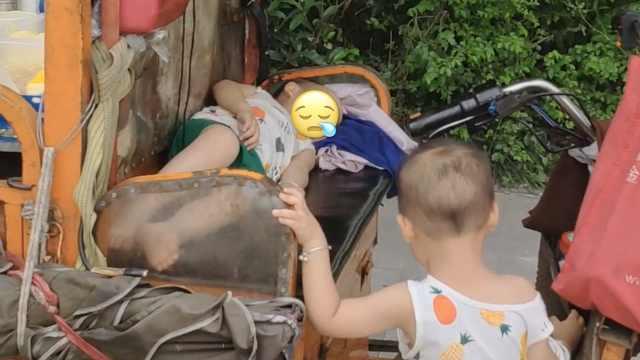 夫妻带着双胞胎外孙卖小吃,孩子三轮车上安睡
