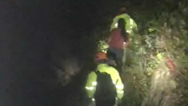 两人登山被困海边峭壁,救援人员冒雨解救