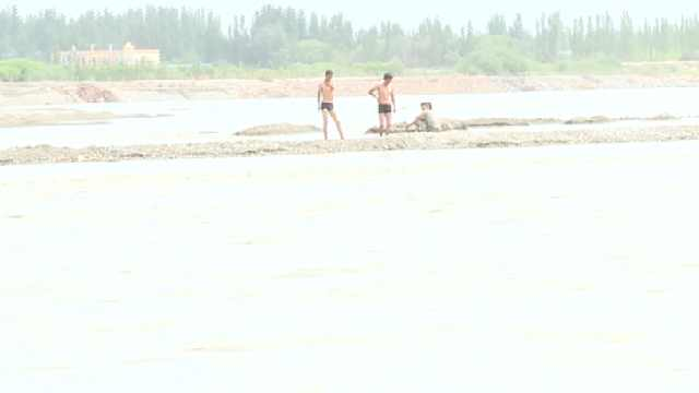 少年农田看玉米突遭河水围困,获救后家属鞠躬感谢救援人员