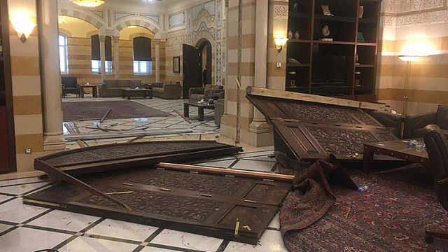 黎巴嫩总统总理府均被爆炸损坏,总理亲自扶起摔倒的国旗