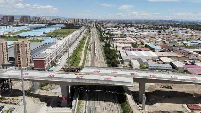 内蒙古跨度最大最重!万吨双幅市政转体梁同步转体成功