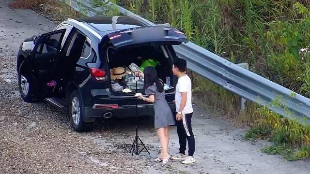 情侣驶上高速避险车道直播吃蛋糕,交警喊话劝离