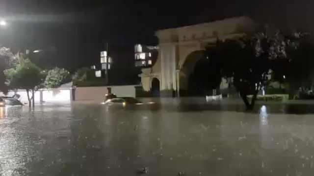 西安暴雨轿车被淹一女子不幸溺亡,同车父亲: