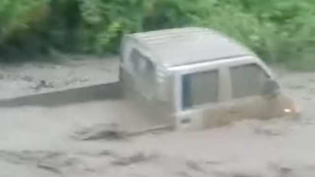 甘肃岷县暴雨引发山洪,汽车被急流冲走