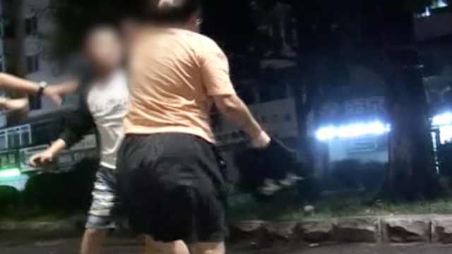 女子开车捡手机造成3车追尾,丈夫到场后当街追