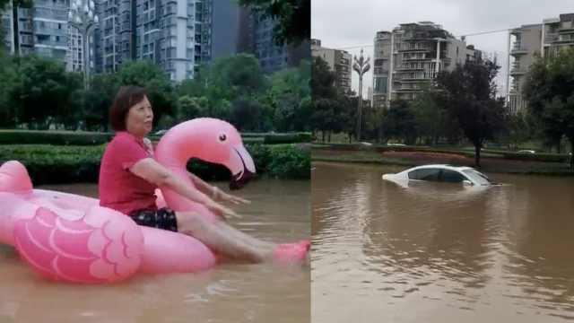 家门口淹得太凶了!成都男子用天鹅泳圈把老妈