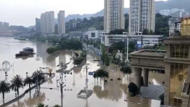 重庆南滨路成河道,洪水涌入喜来登酒店大堂,大妈们江边合影