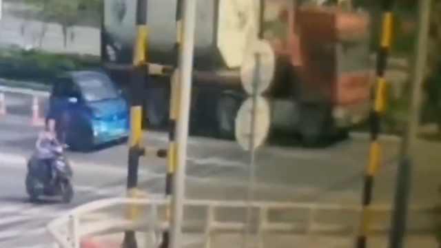 监拍:槽罐车挂倒道路限高架,过路骑手被砸不