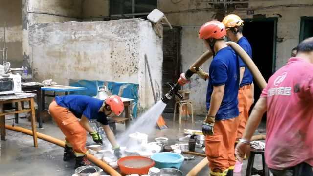 19名贫困老人家里30cm淤泥堆3天,消防37℃高温扛