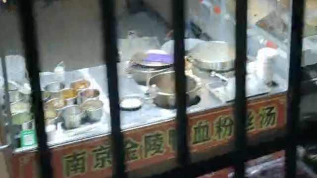 内蒙古一高校封闭学生隔栅栏买宵夜,小吃摊在墙外一字排开
