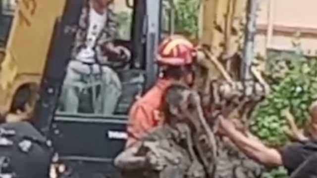 物业挖排水g突发塌方2人被埋,男子坐挖斗被救出