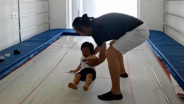 爸爸20万买蹦床放客厅给儿子玩:练习体操,让他