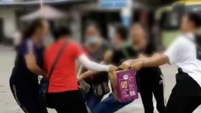 """男乘客被5名拉客女子拉拽无奈喊""""抢劫"""",车站"""